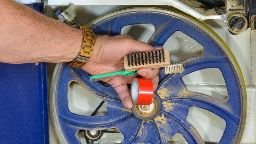 Handsaw wheel cleaning